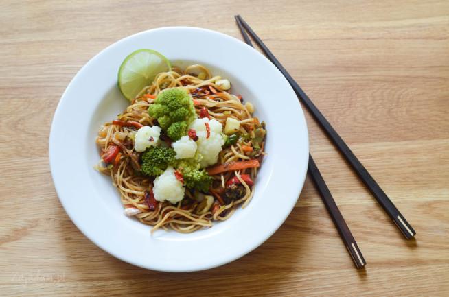 Orientalny makaron smażony z warzywami