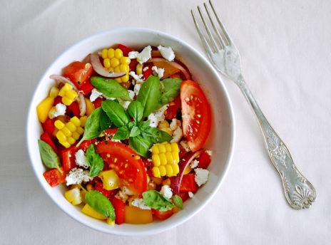 Sałatka z pomidorami, papryką i kukurydzą
