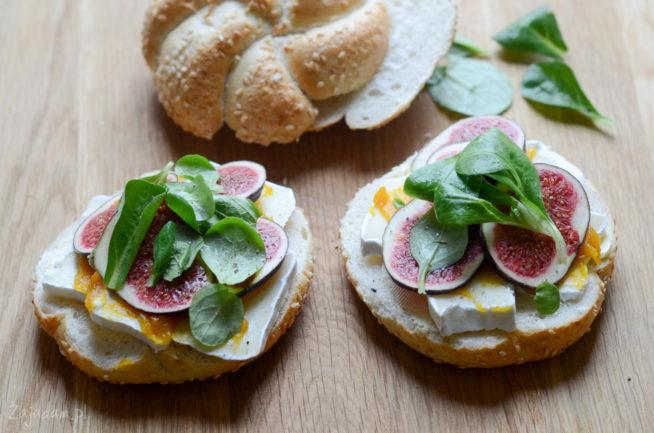 Bułka z serem, figami, roszponką i powidłami dyniowymi