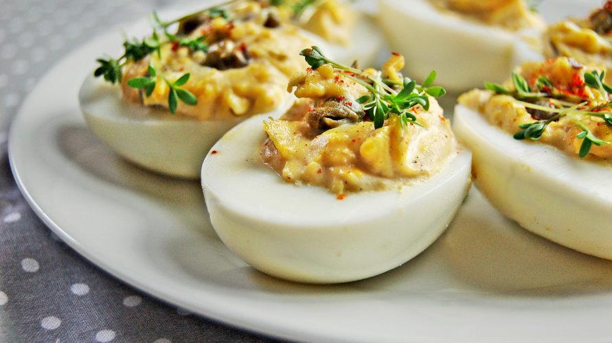 Jajka faszerowane z kaparami i rzeżuchą