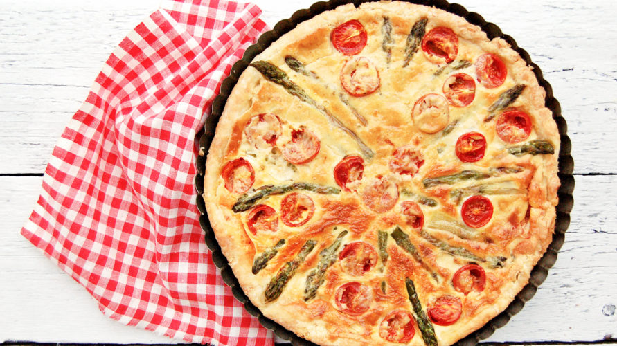 Tarta z szparagami i pomidorami