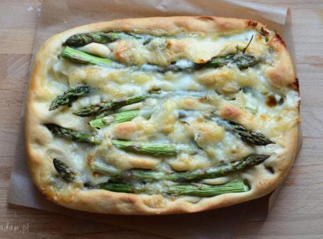 Pizza focaccia ze szparagami i serem gorgonzola