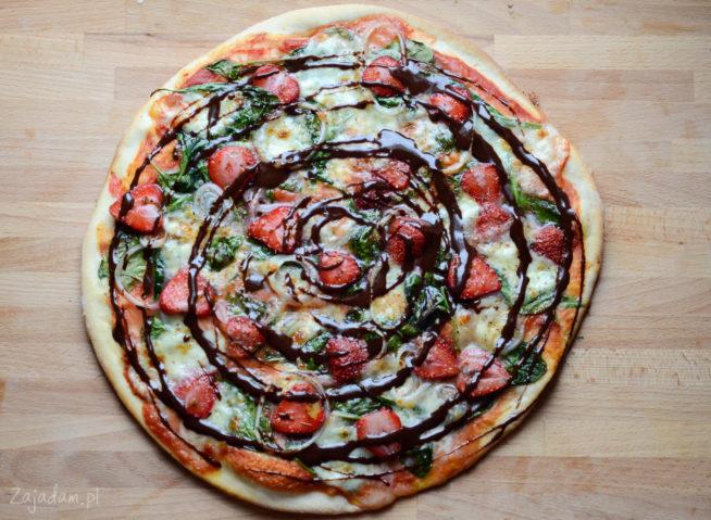 Pizza z truskawkami i szpinakiem