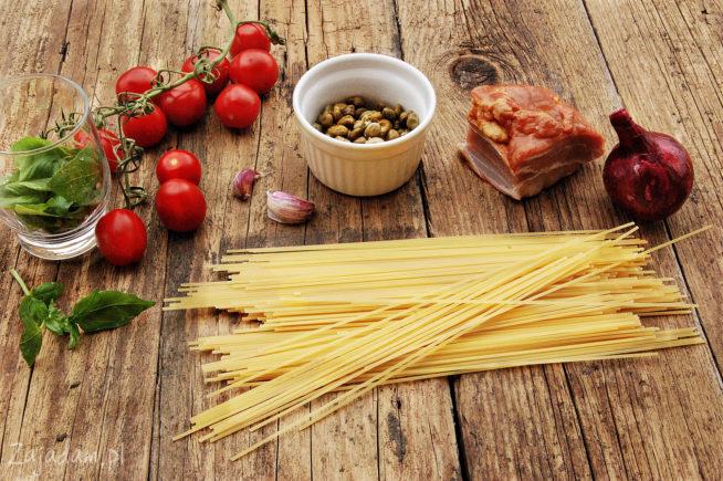 Makaron, z boczkiem, kaparami i pomidorami
