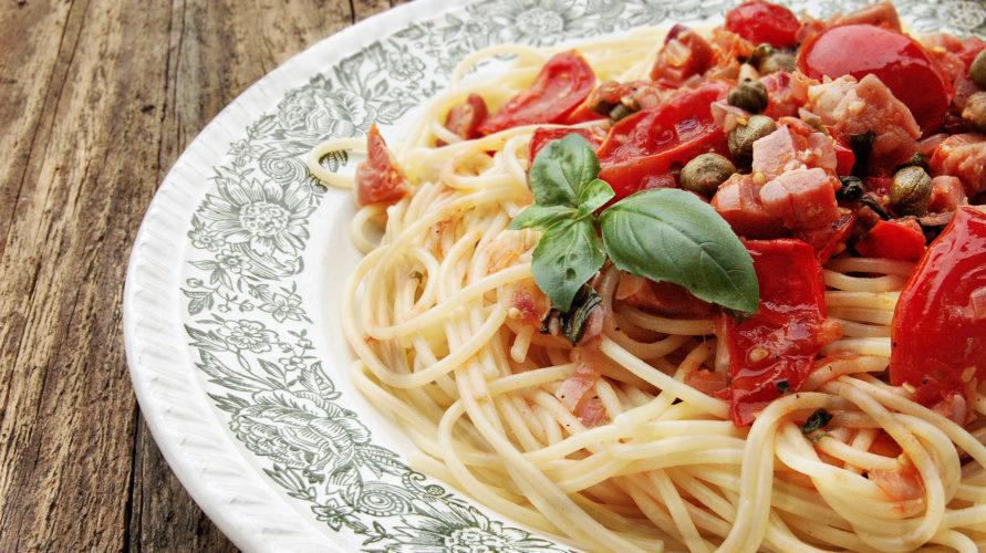 Makaron z boczkiem, kaparami i pomidorami