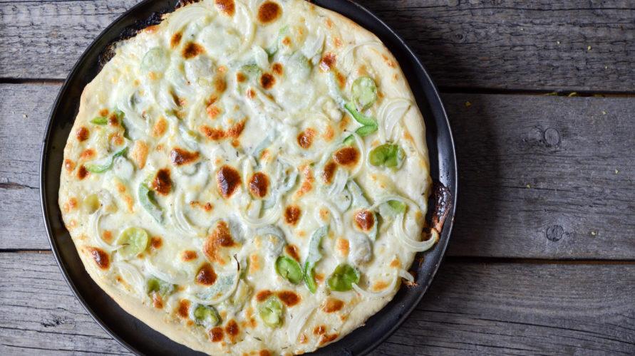 Pizza z bobem i sosem mascarpone