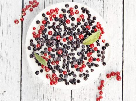 Sernik z jagodami i porzeczkami
