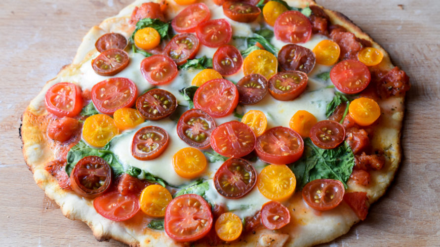 Pizza z kolorowymi pomidorkami
