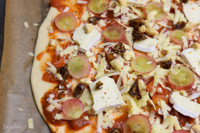 Pizza z daktylami i orzechami