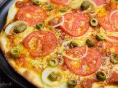 Pizza z pomidorami i oliwkami