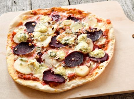 Pizza z niebieskim serem pleśniowym, burakiem i gruszką