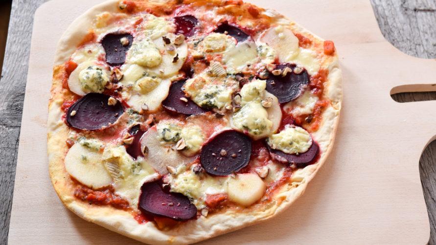 Pizza blue z burakiem i gruszką