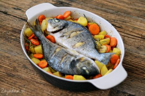 Pieczona dorada z warzywami