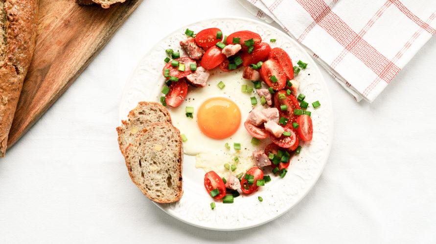 Jajko sadzone z boczkiem i pomidorem