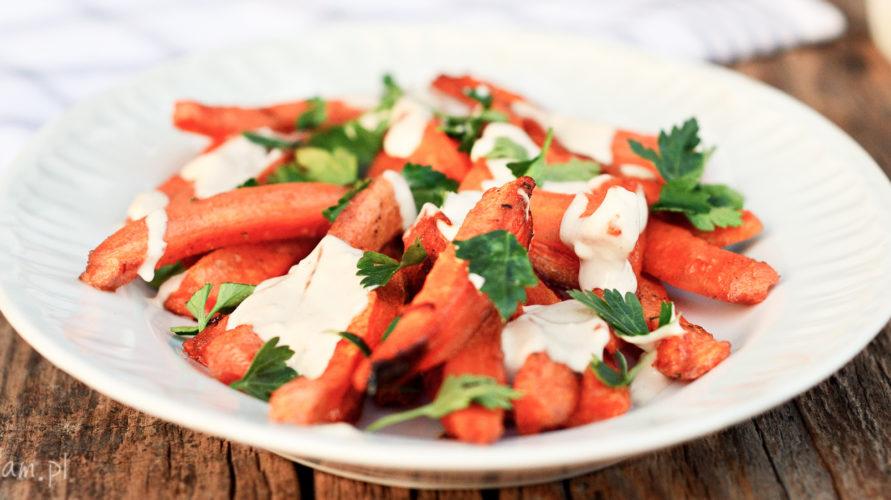 Pieczone marchewki z sosem tahini