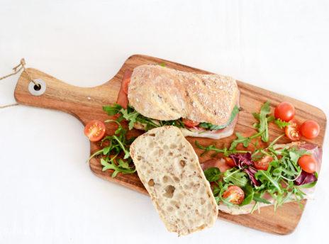 Kanapka z szynką, mozzarellą i pomidorami