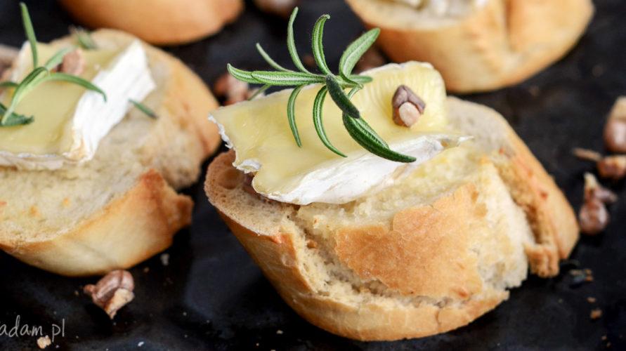 Pieczony camembert na chrupiących grzankach