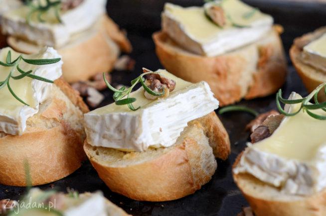 Pieczony camembert na grzankach