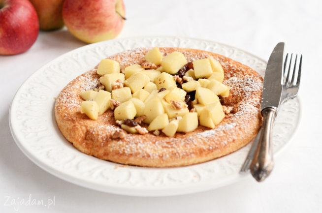 Omlet z jabłkiem, rodzynkami i orzechami włoskimi