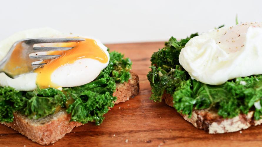 Kanapki z jarmużem i jajkiem w koszulce