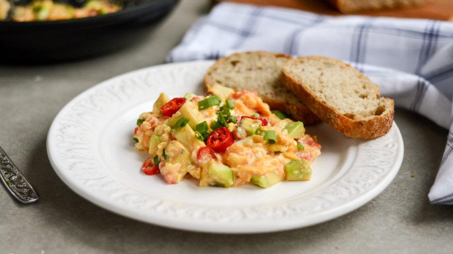 Jajecznica z pomidorem, awokado i chili