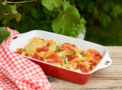 Muszle makaronowe z pomidorami i papryką