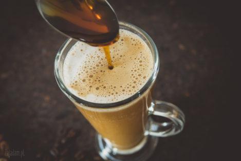 Kawa z mlekiem kokosowym i syropem klonowym