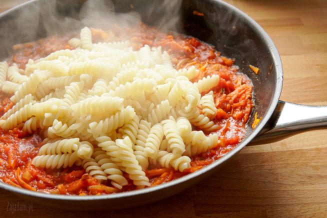 makaron w sosie pomidorowym - kuchnia śródziemnomorska
