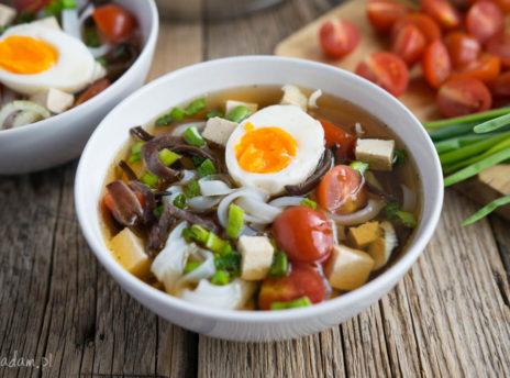 Zupa z tofu, makaronem ryżowym i jajkiem