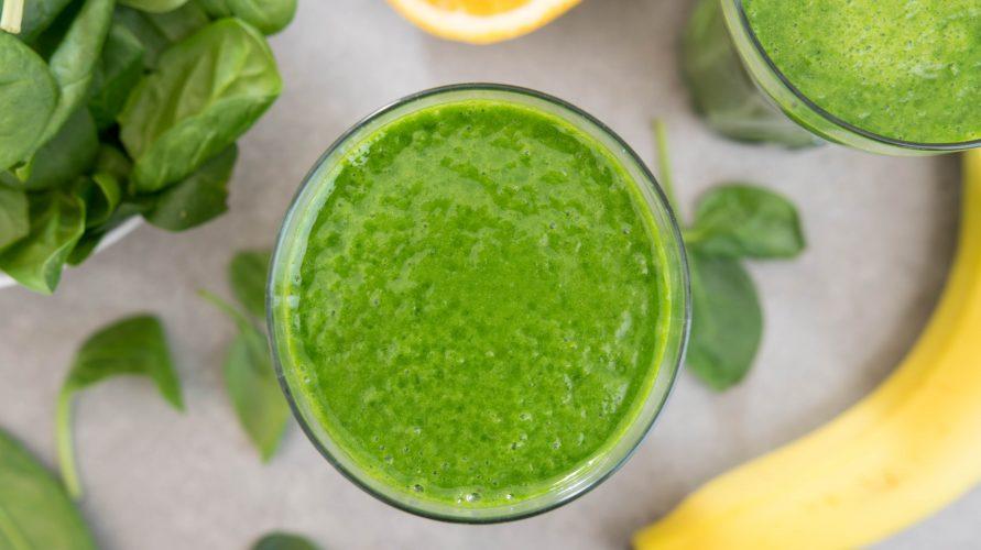 Zielony koktajl ze szpinakiem, bananem i imbirem