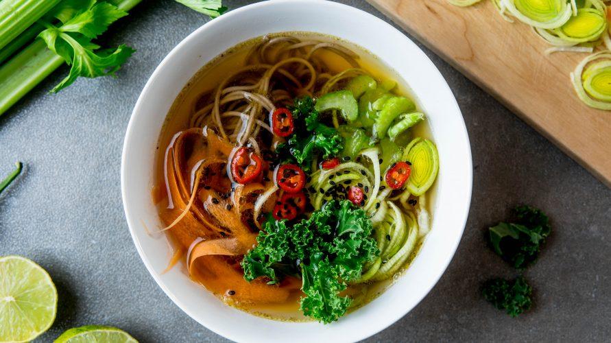 Orientalna zupa z makaronem i warzywami