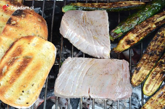 stek z tuńczyka na grillu