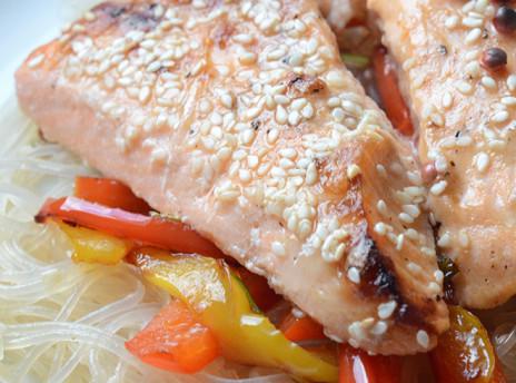 kuchnia orientalna łosoś z makaronem ryżowym