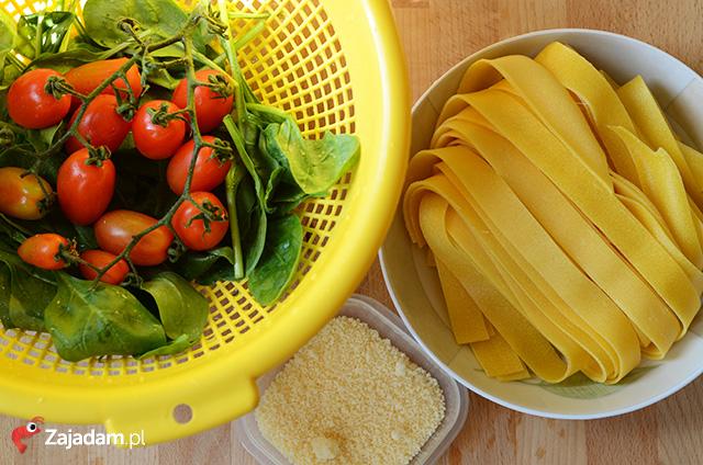 papardelle-makaron-ze-szpinakiem-pomidory